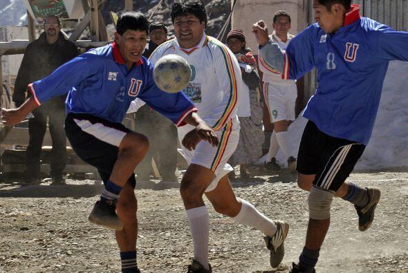 Evo Morales es un fanático del fútbol y ya jugó un partido con fines ben...