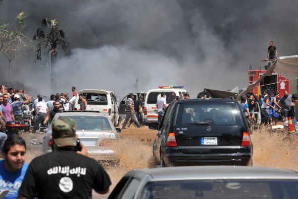 Un hombre con una camiseta con un sloagan afiliado a al-Qaeda (bottom-L)...