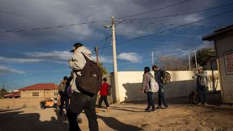 Migrantes deportados cerca de la frontera de Nogales, México.