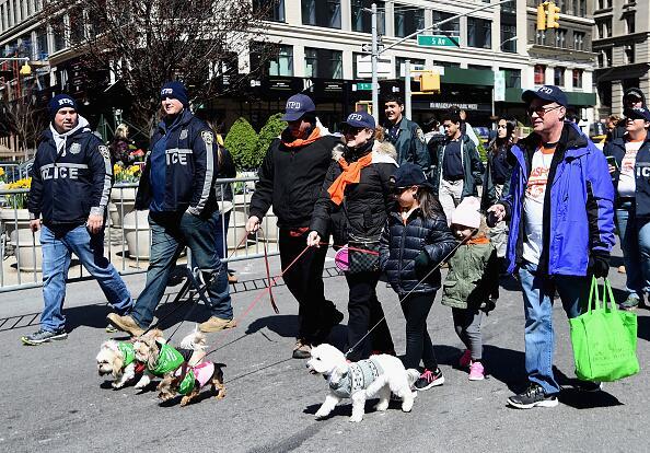 Protegidos del frío, perritos y dueños participaron de la marcha.