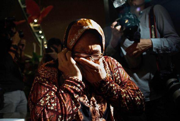 Familiares de los pasajeros del Malaysia Airline vuelo MH17 lloran ante...