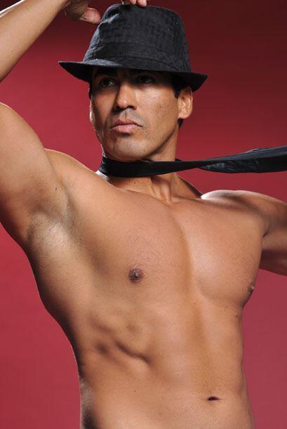 Un acercamiento a sus músculos, a su cara, al sombrero...