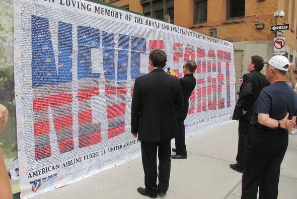 'Nunca olvidaremos', dice el memorial. La gente pasa, mira un momento y...