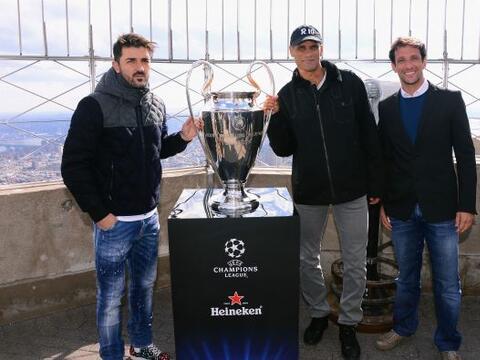 David Villa, Rivaldo y Juliano Belletti posaron con el trofeo Champions...