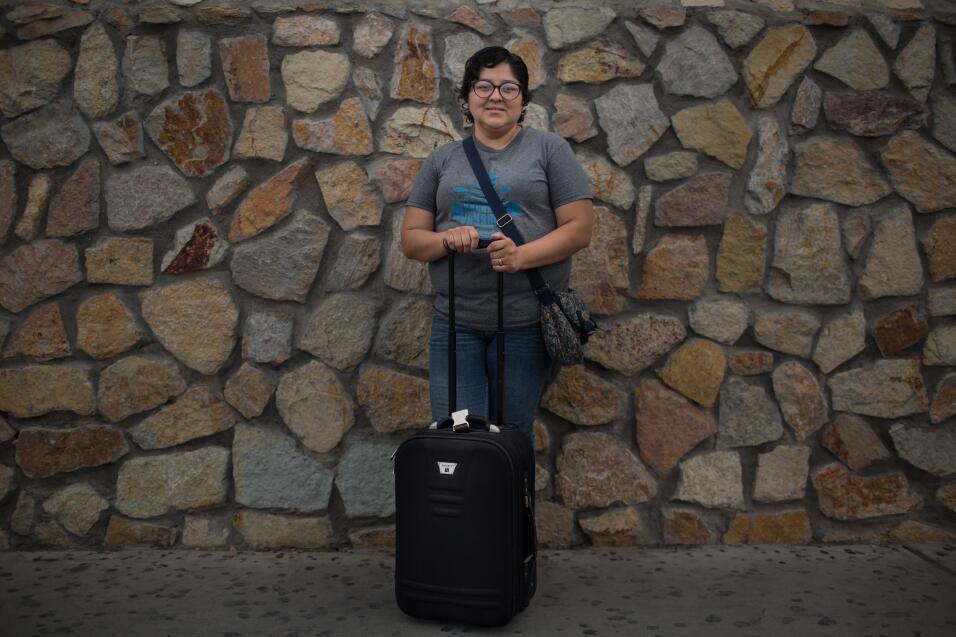 Ana Raquel Solís, de 36 años, lleva un paquete a una estación de autobus...