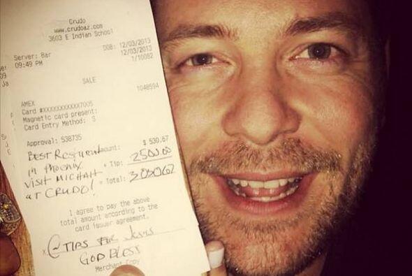 Micah Olson, del bar Crudo, recibió una propina de $2500 de una cuenta d...