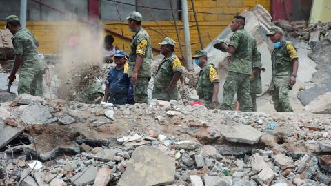 Soldados trabajan removiendo escombros en Chiapas, luego del terremoto q...