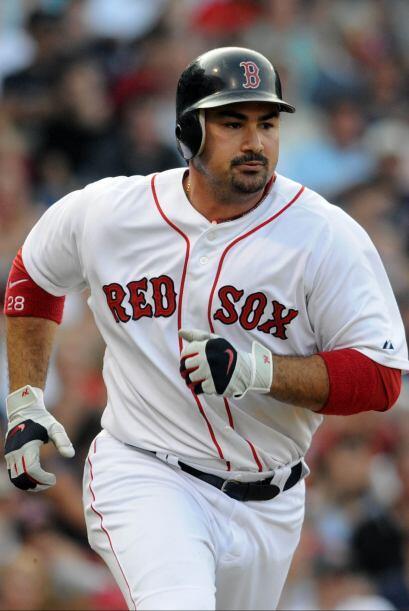 Adrián González, primera base de los Medias Rojas de Boston, también rec...