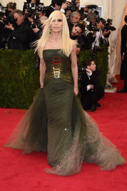 Con esa cara, casi ni nos fijamos en el vestido de Donatella Versace. Un...