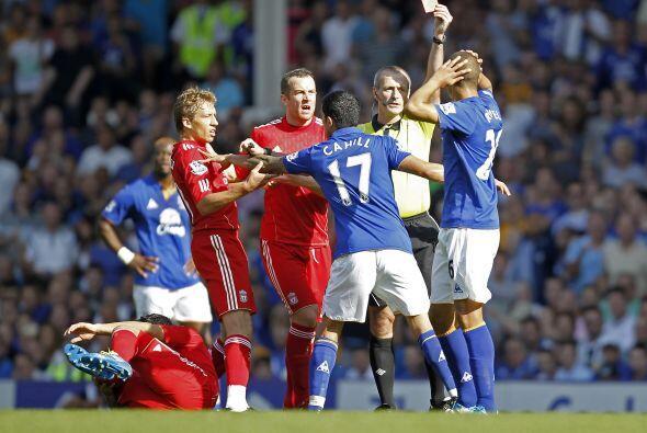 El árbitro no dudó en sacar tarjeta roja, pero las imágenes emitidas por...
