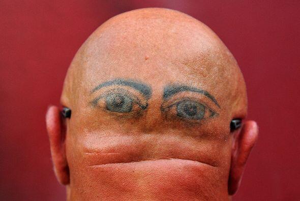 Larry Mooney posa para un retrato que muestra sus ojos tatuados en la pa...