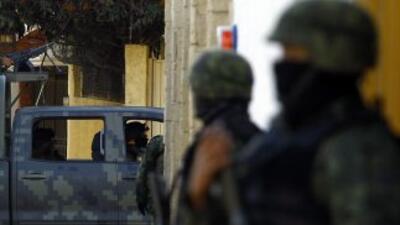 Un oficial del ejército y siete soldados pertenecen a un batallón del ej...
