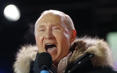 Putin se dirige a sus seguidores luego de haber ganado las elecciones qu...