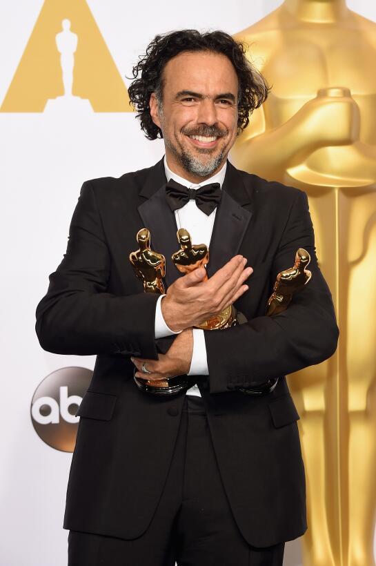 Iñarritú posa con sus tres Oscar por la pelícual 'Birdman' en 2014. Esa...