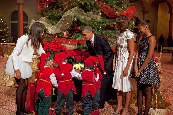 Michelle y sus hijas, Sasha y Malia ayudaron a los duendecillos de Santa...