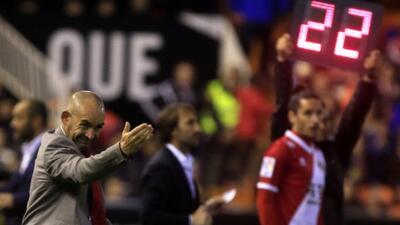 El técnico del Rayo Vallecano habló sobre la poca actividad de Javier Aq...