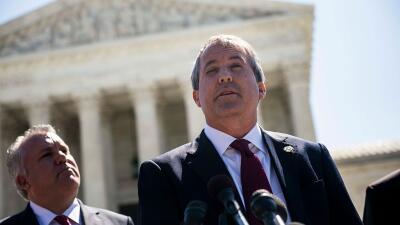 Paxton ya había amenazado con demandar al gobierno federal en junio de 2...