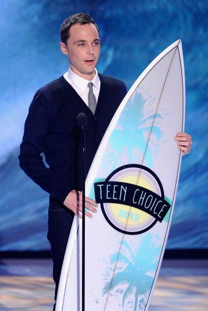 Jim Parsons aceptando su Teen Choice Award.  Mira aquí lo último en chis...