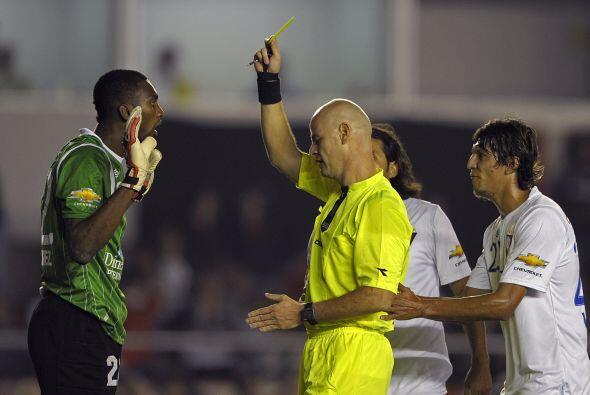 Tarjeta amarilla al portero José Cevallos tras la infracción cometida al...