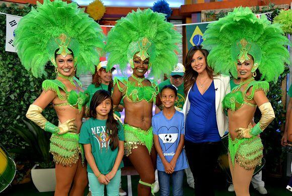 En una fiesta carioca no podían faltar las bailarinas de samba, con sus...