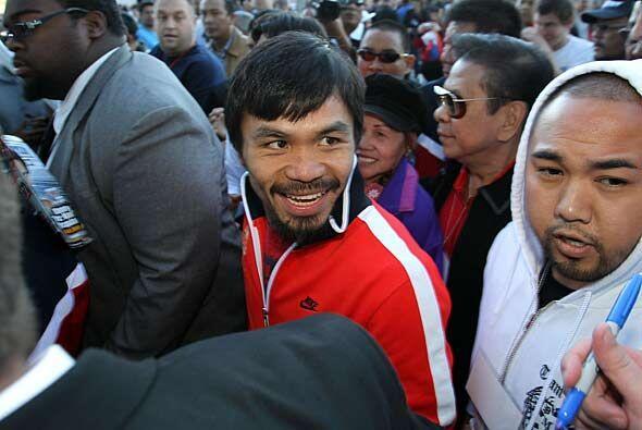 El protagonista principal de la tarde, Manny Pacquiao, llegó al coliseo...