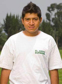 Adán Quiroz, de 23 años, es una habilidoso mediocampista que cobra por j...