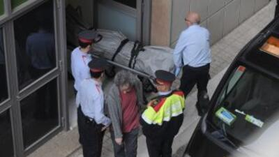 Personal médico traslada el cuerpo del profesor asesinado en una escuela...