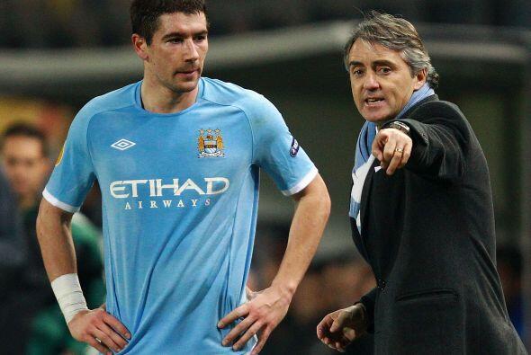 Roberto Mancini, estratega del City, daba instrucciones a sus jugadores...