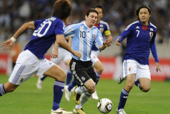 Lionel Messi intentó pero no pudo desequilibrar, lo marcaron de a dos ho...