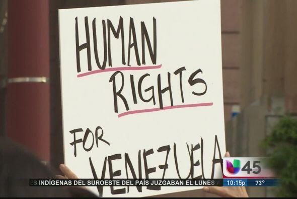 También el 1 de mayo, un grupo de venezolanos en Houston protestó pacífi...