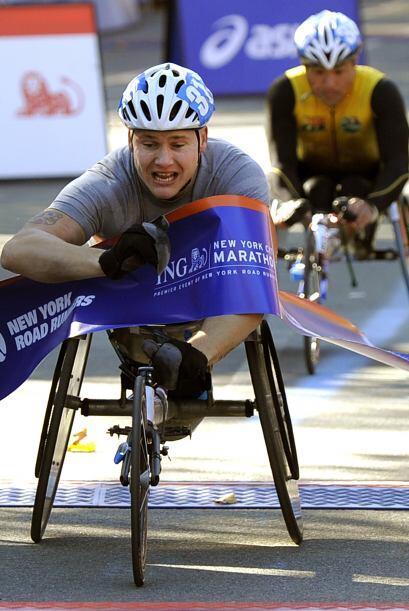 En la división de sillas de ruedas, David Weir de Gran Bretaña ganó en l...