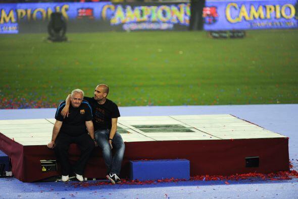 Al final, Guardiola y un hombre de su cuerpo técnico se quedaron solos,...