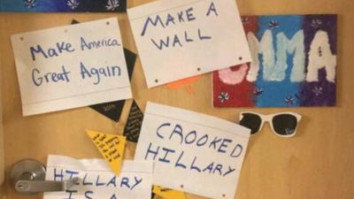 Llenan la puerta del dormitorio de una joven latina con mensajes a favor de Trump en una universidad de Iowa