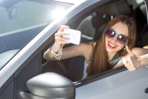 7. No te tomes 'selfies' al volante. Así como no deberías beber y conduc...