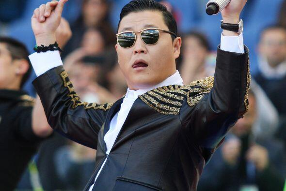 El cantante se presentó previo a la final de la Copa Italia, y tan pront...