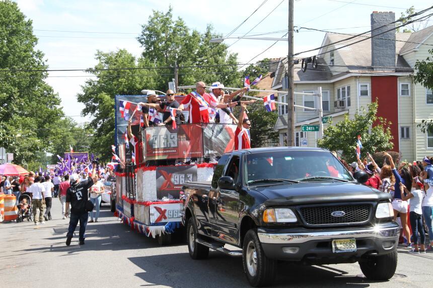 Celebra La X en el Desfile Dominicano en NJ IMG_1933.JPG