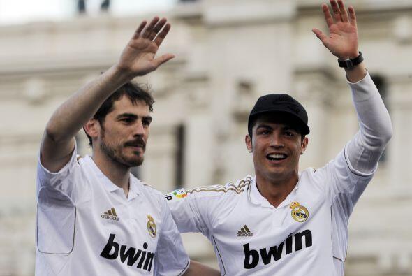 Iker Casillas y Cristiano Ronaldo saludaban a la gente.