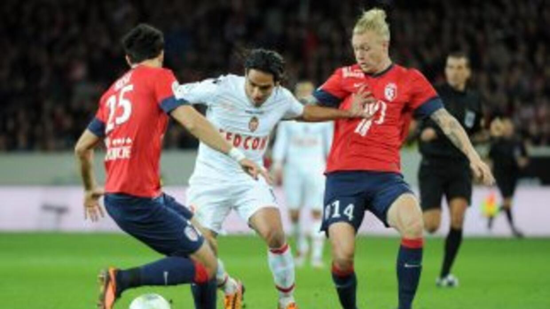 Falcao fue nulificado por la defensa del Lille.