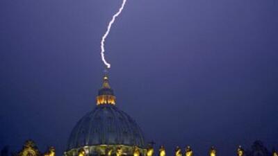Un rayo cayó en la basílica de San Pedro el mismo día que Benedicto XVI...