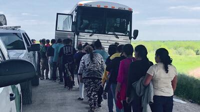 """Más de 2,000 indocumentados arrestados en tres días en Texas: """"situación insostenible"""" para autoridades fronterizas"""