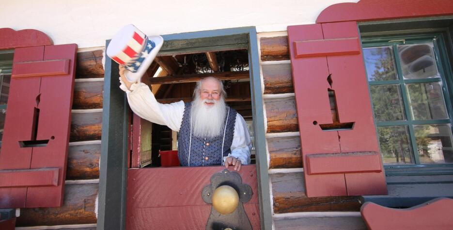 El parque temático de Santa Claus reabre en el sur de California 20 años...