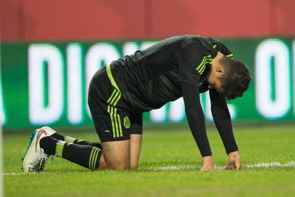 Raúl Jiménez pasó un susto en el que parecía que se lesionaba, afortunad...
