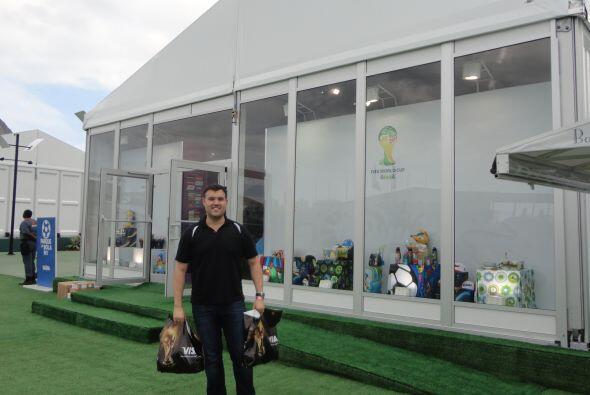 """Alberto a las afueras de la tienda oficial de FIFA en el """"Parque de la B..."""