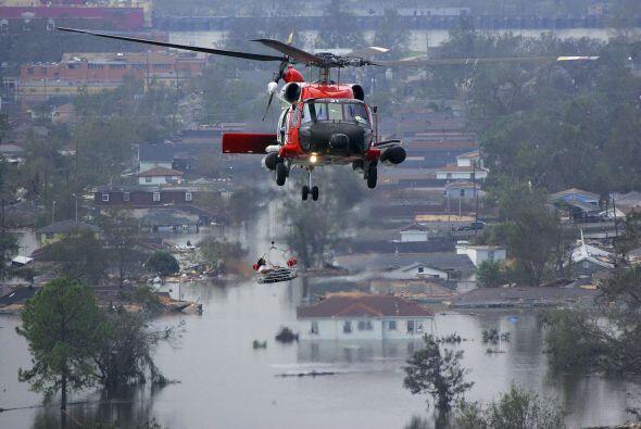 Una persona es rescatada en helicóptero ante la imposibilidad de entrar...