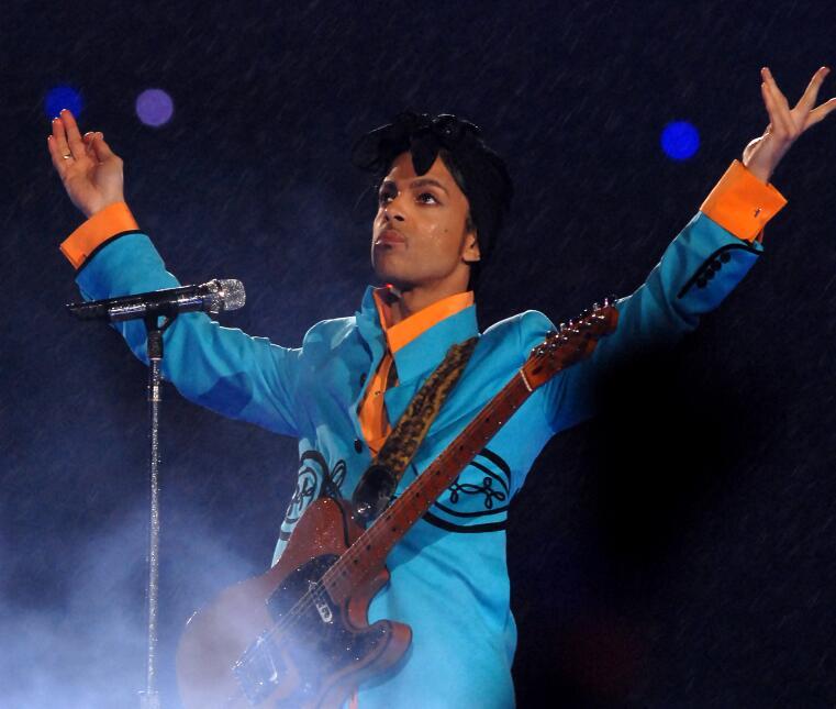 Prince cantó bajo la lluvia en el Super Bowl del 2007 en Miami GettyImag...