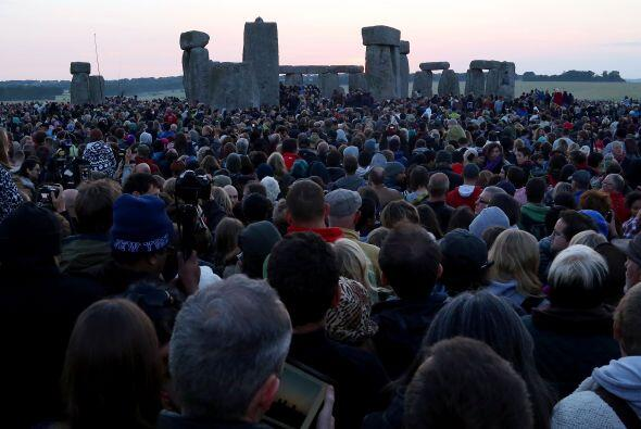 Fueron unas 40 mil personas,reunidas en el monumento megalítico en el su...