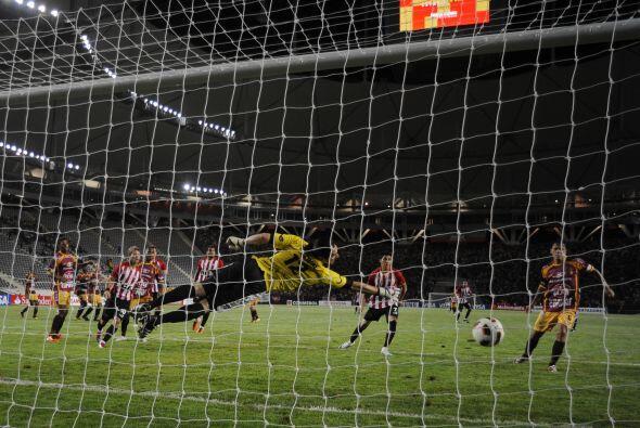 Imagen del gol de Estudiantes, disparo de media distancia de Pablo Barri...