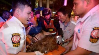 Equipos de rescate trasladan a una herida.