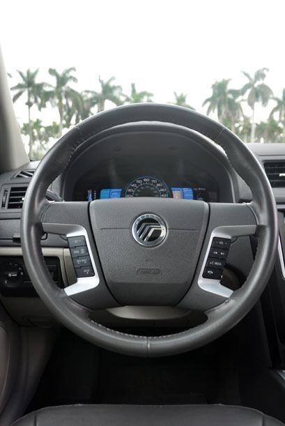 El volante está cubierto de piel, es más ergonómico y tiene controles qu...