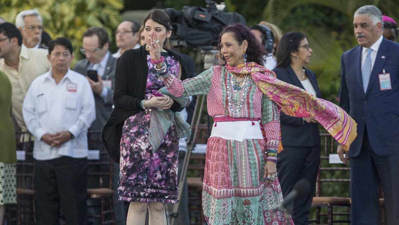 Camila suele asistir a su madre, Rosario Murillo, en los actos públicos.